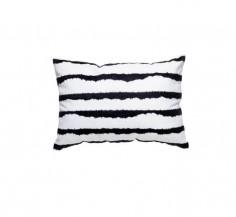 Dekorační polštář s černobílými pruhy